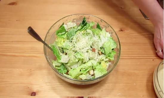 посыпаем салат пармезаном