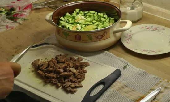 добавляем нарезанное мясо