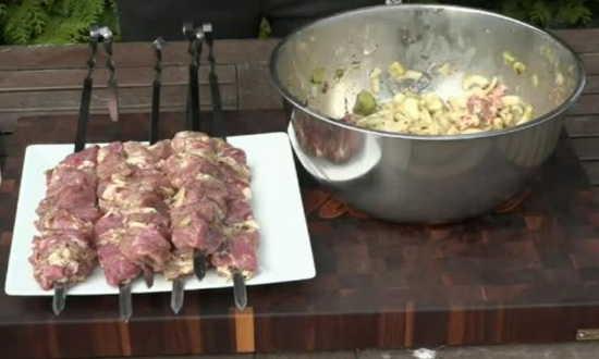 нанизываем мясо на шампуры