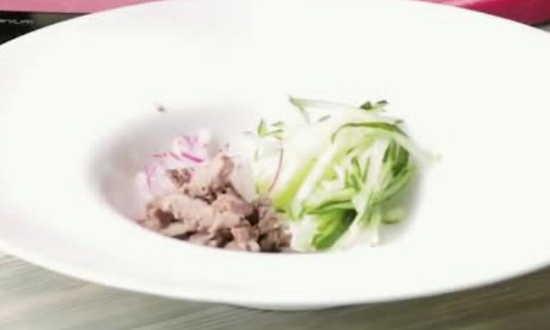 говядину добавляем в тарелку