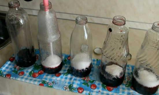 насыпаем в банки сахар