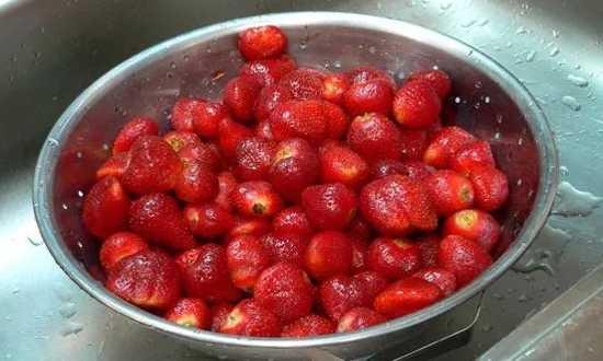 моем и чистим ягоду