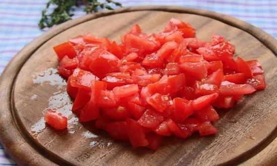 крошим помидоры