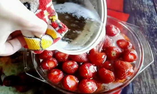 заливаем ягоду сиропом