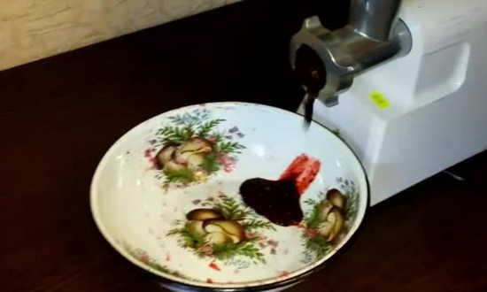 пропускаем ягоду в мясорубку