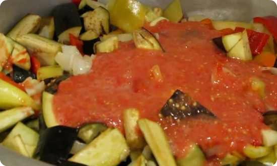 выливаем томатный сок