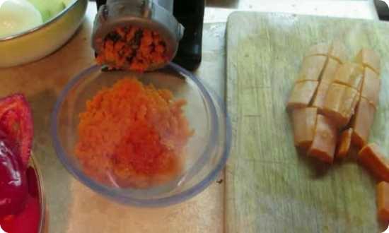пропускаем через мясорубку морковку