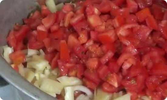 кубиками режем помидору