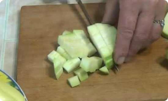 режем кабачки кубиками