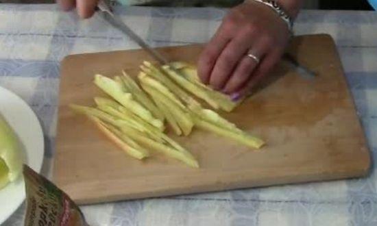 нарезаем соломкой сладкий перец
