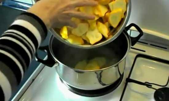 кладем нарезанные овощи