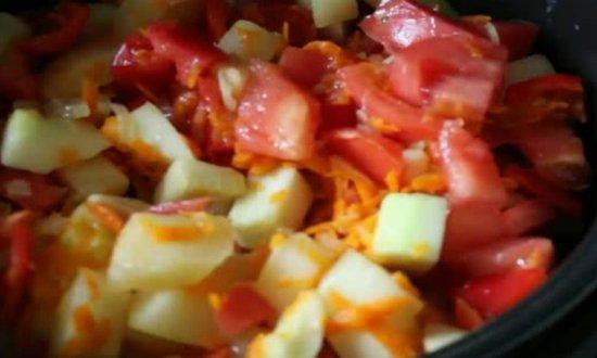 добавляем перец, помидоры