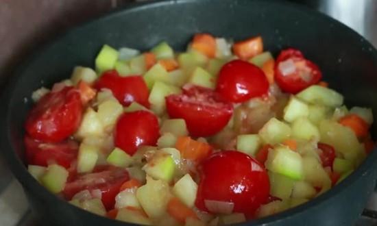 добавляем помидоры, тушим