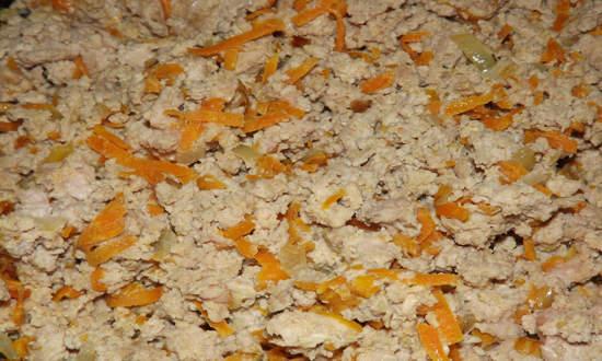 поджариваем лук с морковкой, добавляем фарш