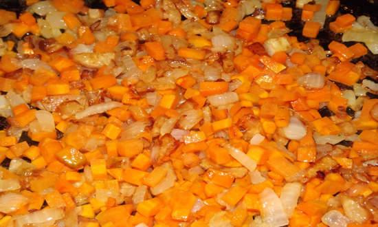 обжариваем чеснок, добавляем морковку