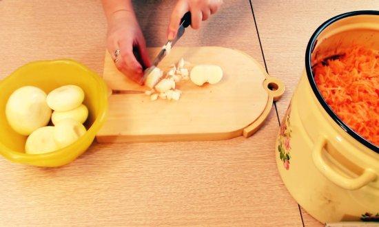 нарезаем кубиками лук