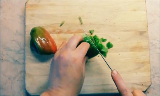 нарезаем кусочками болгарский перец