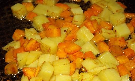 обжариваем картошку и морковку