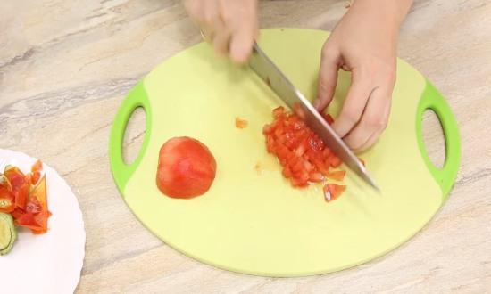 измельчаем помидоры, отправляем к остальным овощам