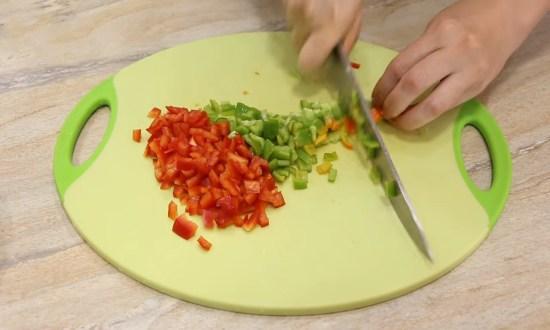 перцы нарезаем мелко