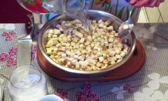 зальем баклажаны соленой водой, чтобы избавиться от горечи