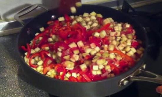 добавляем баклажаны, очищенные помидоры
