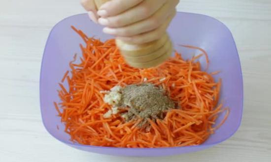 добавляем специи в морковь