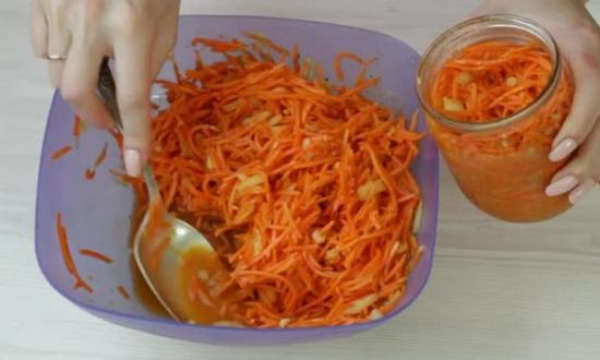 раскладываем морковь по банкам
