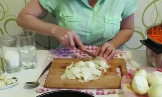 нарезаем репчатый лук
