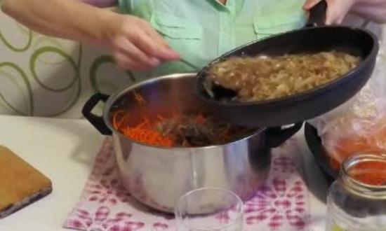часть содержимого сковороды смешиваем с частью моркови