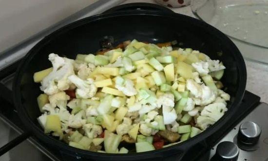 добавляем овощи в сковороду