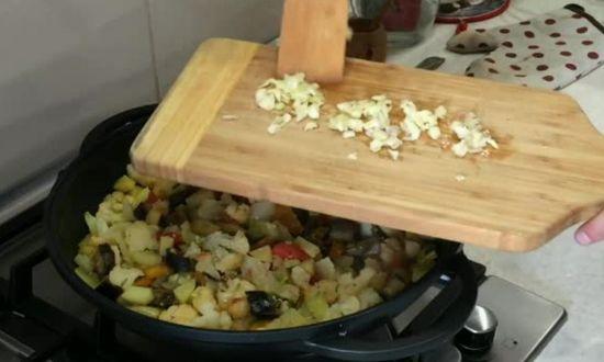 измельчаем чеснок, добавляем в сковороду