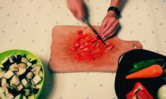 измельчаем перец сладкий, морковку, лук