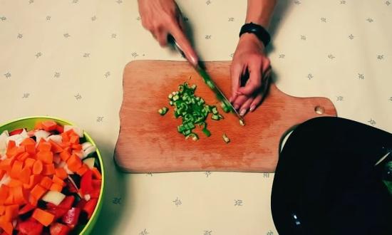 режем мелко горький перец