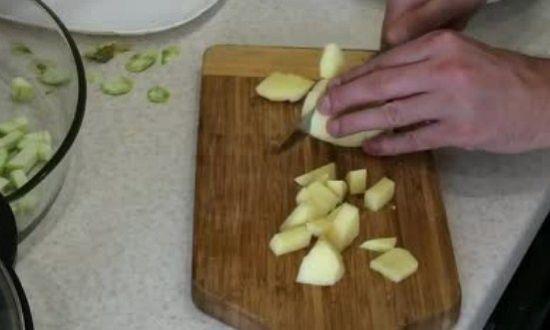измельчаем картофель, отправляем к кабачкам