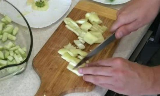 нарезанный перец отправляем в миску