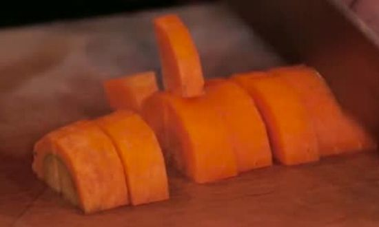 крупно нарезаем морковь