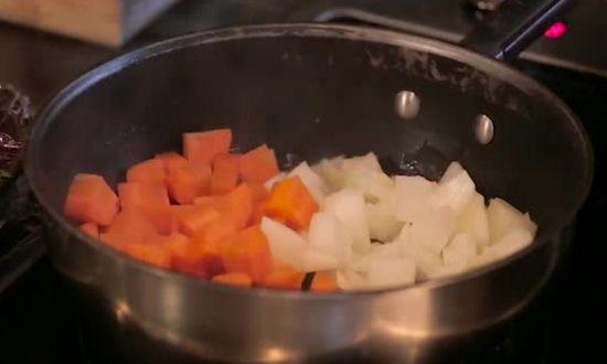слегка поджариваем овощи в сковороде