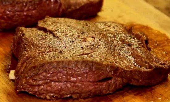 солим, перчим, хорошо втираем в мясо