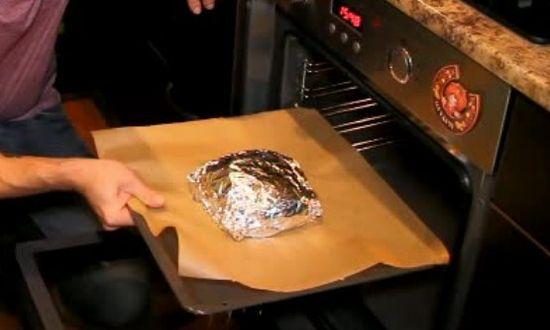заворачиваем мясо в фольгу, отправляем в духовку
