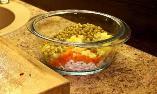 отправляем горошек в салат