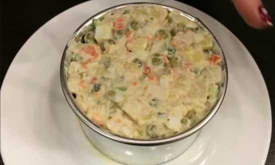 накладываем салат в кулинарное кольцо