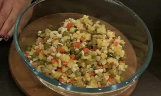 накладываем в салатник необходимое количество салата