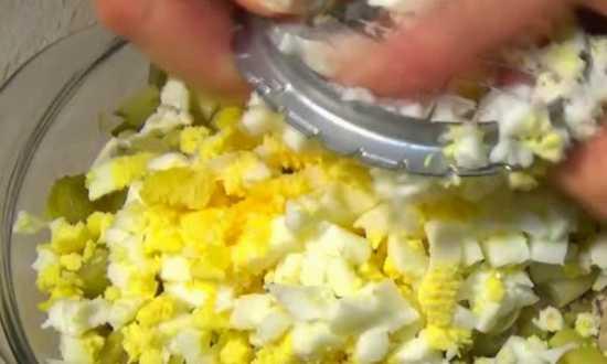 добавляем мелко нашинкованное яйцо