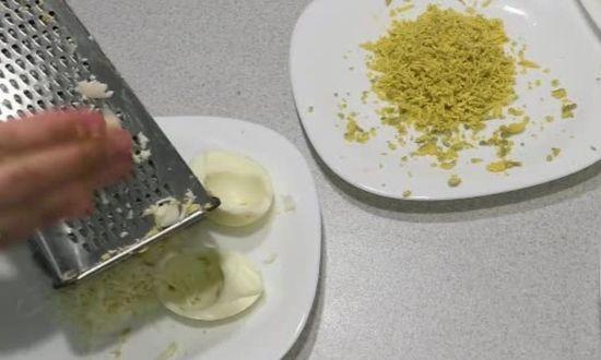 трем на терке отдельно желтки и белки куриного яйца