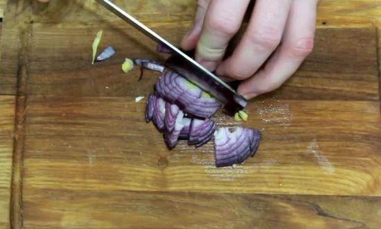 нарезаем мелкими кубиками лук