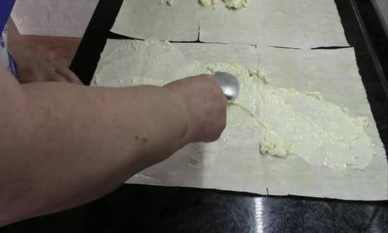 размазываем майонез по листу лаваша