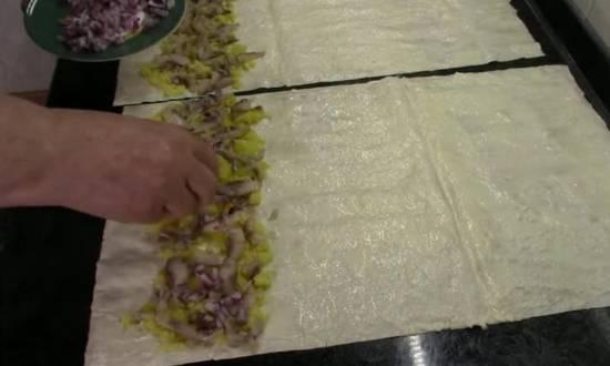 выкладываем на лаваш первый слой картофеля,селедки, лука