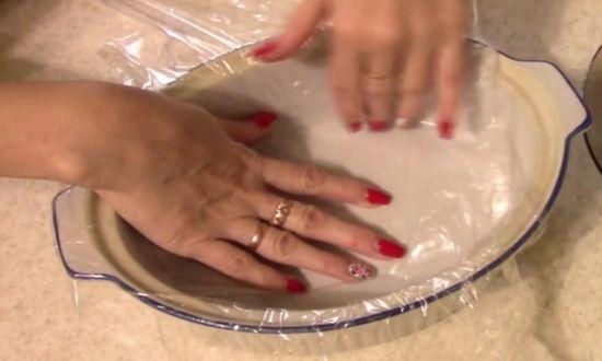 выстилаем пленкой посуду