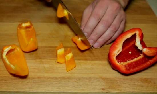 нарезаем кусочками сладкий перец
